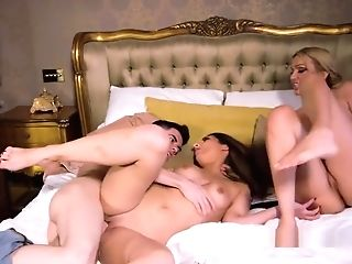 Mummy And Stunner Gets Fucking In Threesome