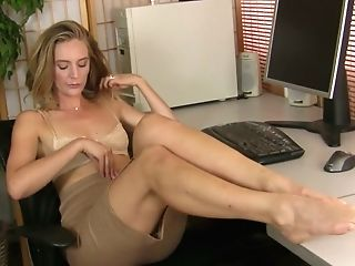Insatiable Housewife Mona Wales Is Finger Fucking Her Nasty Beaver